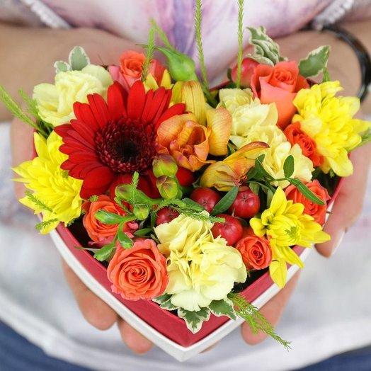 Композиция из хризантемы фрезии и роз в сердце: букеты цветов на заказ Flowwow