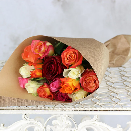 Букет из 15 разноцветных роз 40 см в крафте: букеты цветов на заказ Flowwow