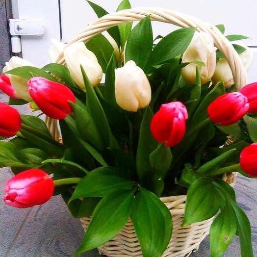 Тюльпаны в корзине: букеты цветов на заказ Flowwow