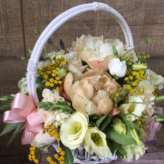 Корзиночка с огромными пионами: букеты цветов на заказ Flowwow