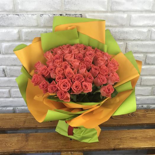 51 оранжевая роза в дизайнерской упаковке: букеты цветов на заказ Flowwow