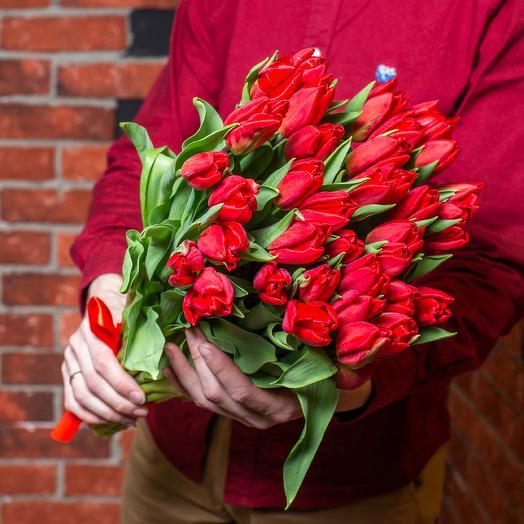 35 высоких красных тюльпанов премиум