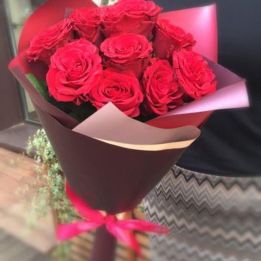 Красные розы в подарок
