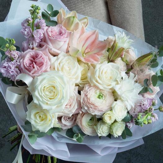 Красивый букет с лилиями,маттиолой и пионовидными розами -«мираж»