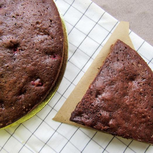 Пирог шоколадный с клюквой