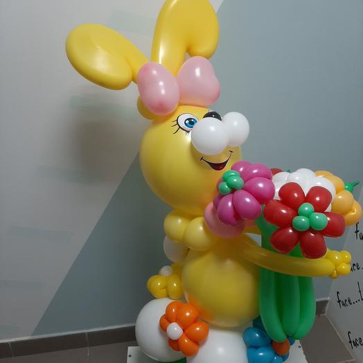 Зайка с букетом, фигурка из шариков