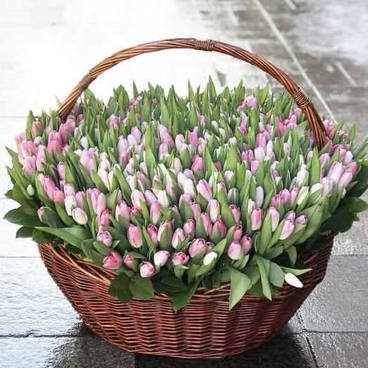 Корзина и тюльпаны