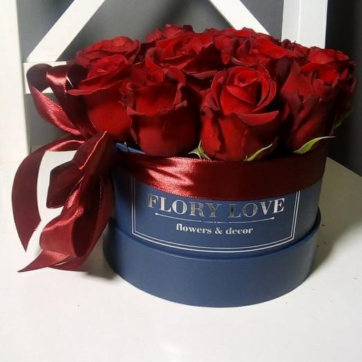 Эквадорские розы Фридом в шляпной коробке