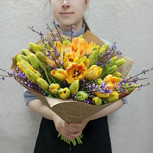 Букет с 51 пионовидными тюльпанами с генистой