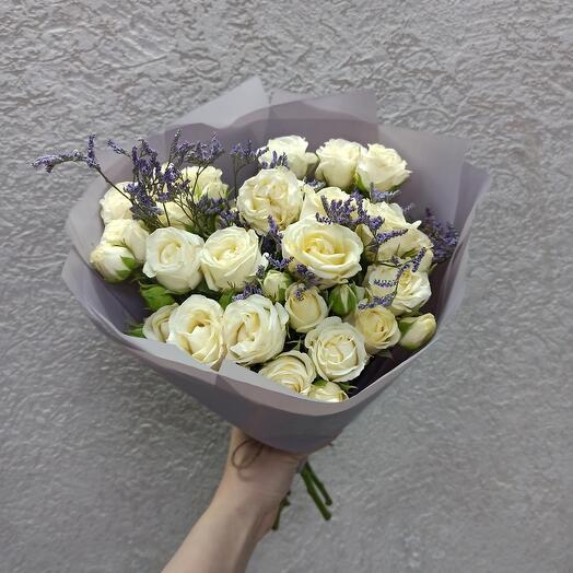 Нежный букет с розами и лимониумом
