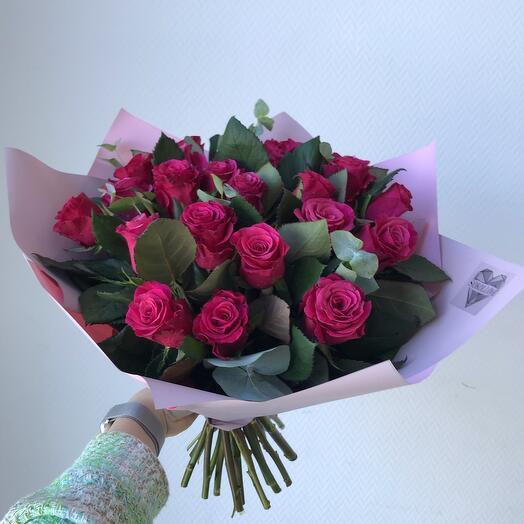Букет малиновых роз с эвкалиптом