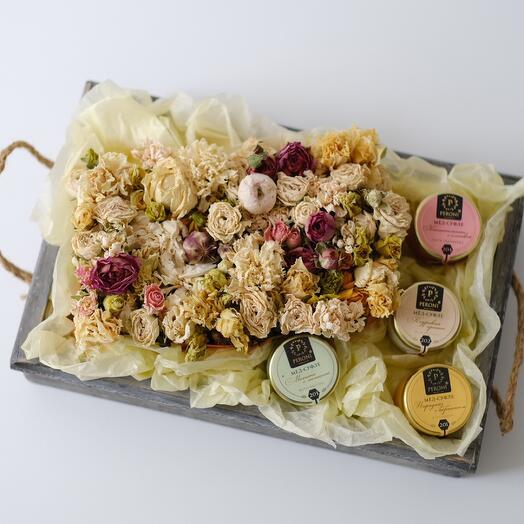 Подарочный набор: мёд-суфле и цветы