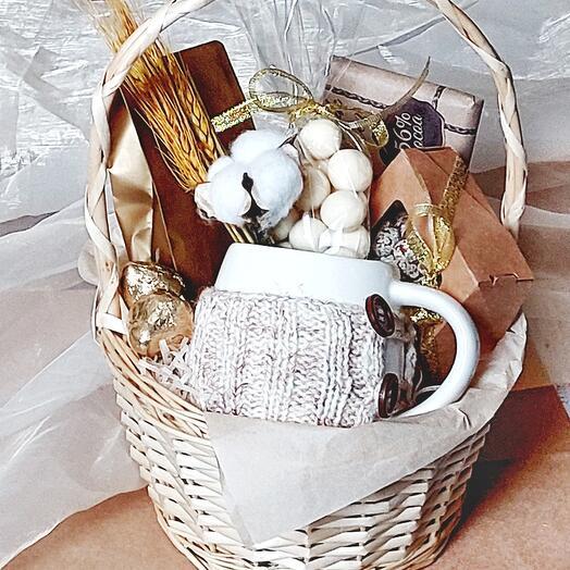 Подарочная корзина с кружкой в вязаном чехле ручной работы