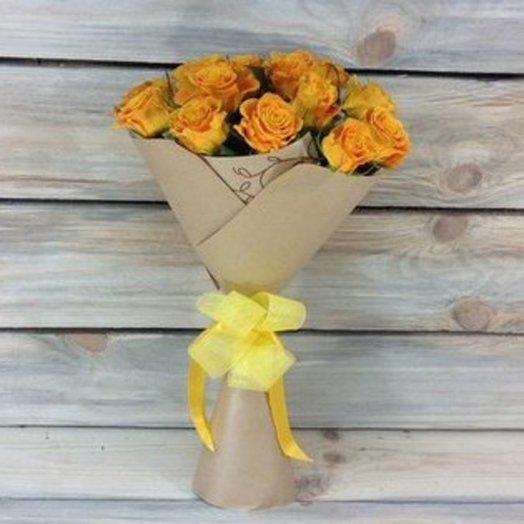 15 ярких жёлтых роз в крафт-бумаге