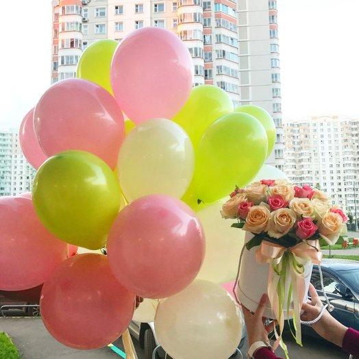 35 роз в шляпной коробке и букет из 15 воздушных шаров