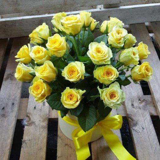 25 жёлтых роз в шляпной коробочке