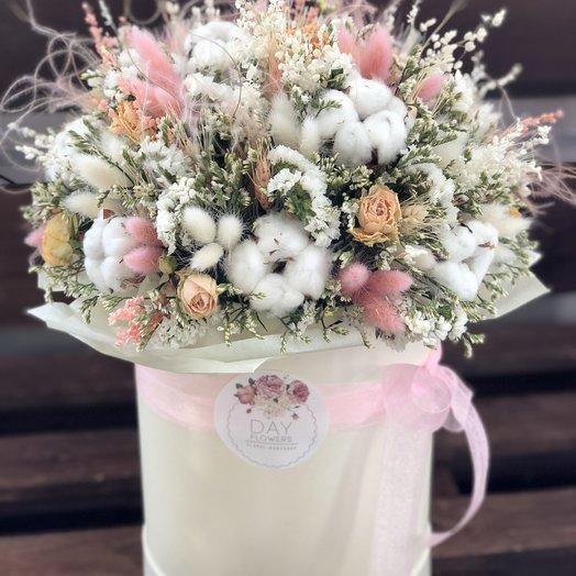 Воздушная и невесомая композиция из сухоцветов в шляпной коробочке