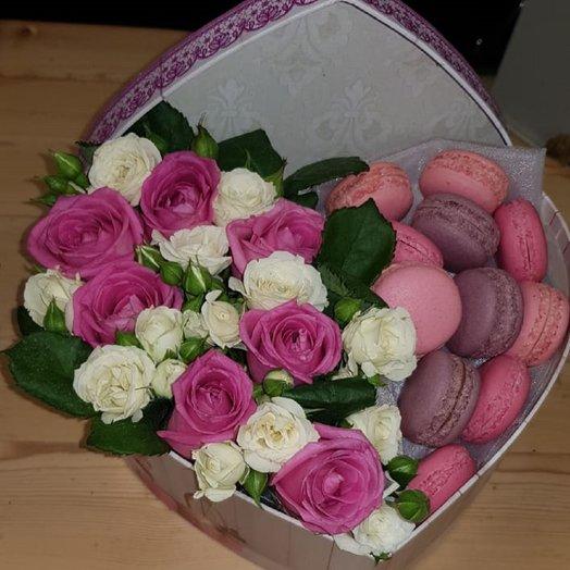 Коробочка с розами и пирожными: букеты цветов на заказ Flowwow