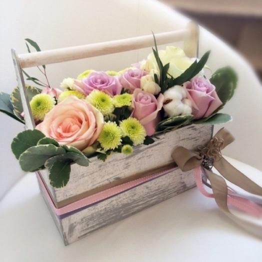 Ящик с нежными цветами и хлопком