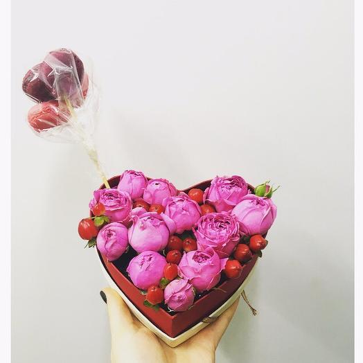 Пионовидные розы в коробке с макаронс(S): букеты цветов на заказ Flowwow