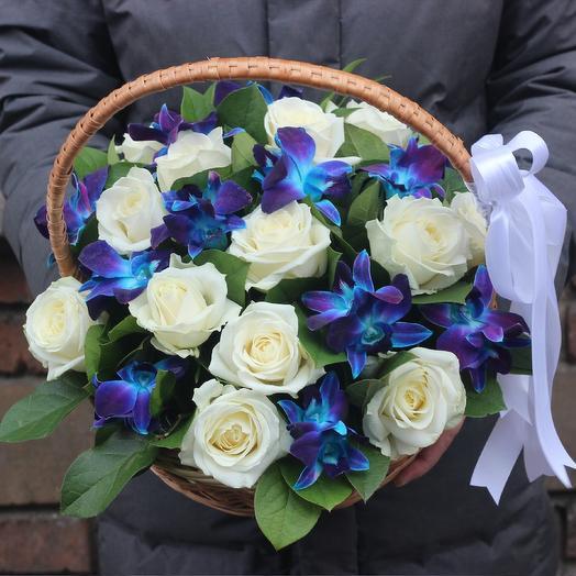 Корзина белые розы и синие орхидеи: букеты цветов на заказ Flowwow