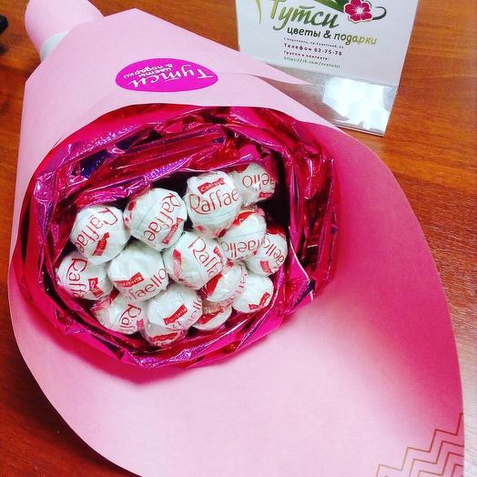 Букет с конфетами рафаэлло «Нежность»: букеты цветов на заказ Flowwow