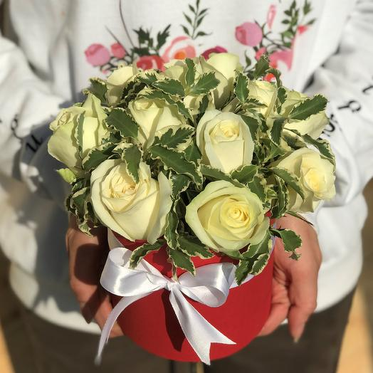 Мини комплимент. Коробки с цветами. Белые розы с питтоспорумом. N461: букеты цветов на заказ Flowwow
