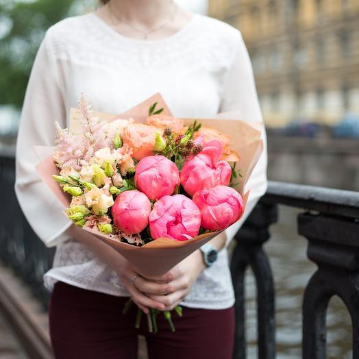Букет из пионов, роз, лизиантусов и астильбы: букеты цветов на заказ Flowwow