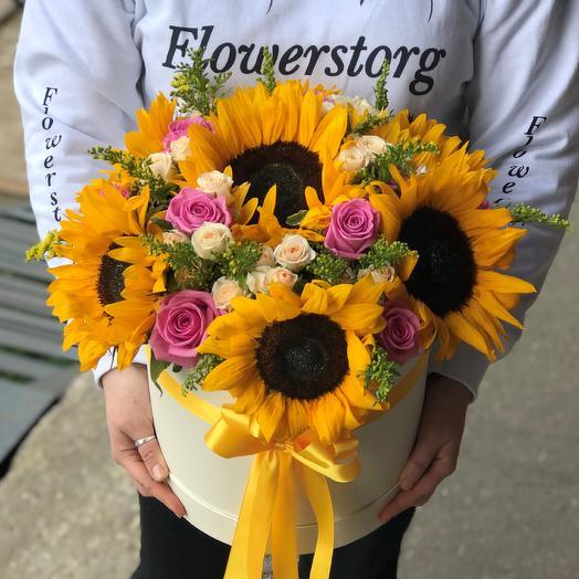 Коробки с цветами. Подсолнухи с розами. N535: букеты цветов на заказ Flowwow
