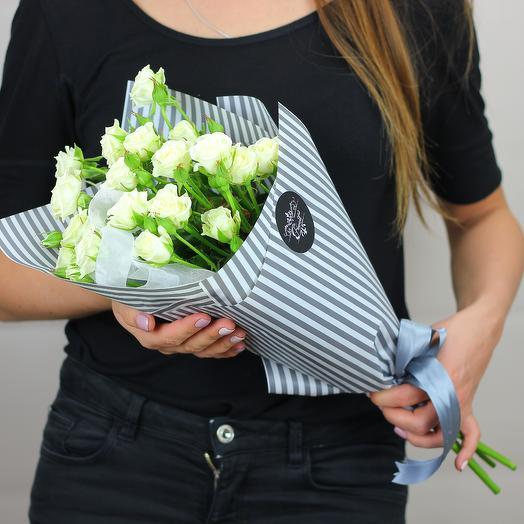 5 белых кустовых роз: букеты цветов на заказ Flowwow
