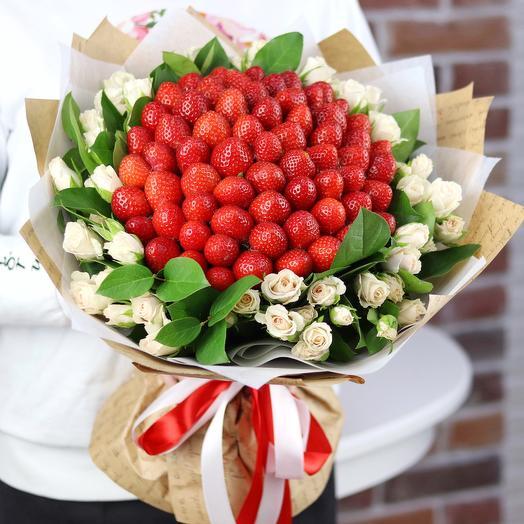 Букет из клубники с кустовой розой. N673
