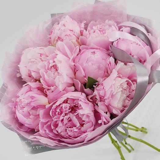 9 розовых пионов с оформлением