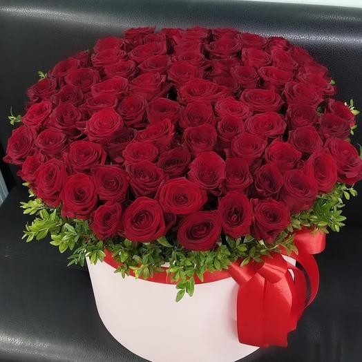 77 роз а коробке