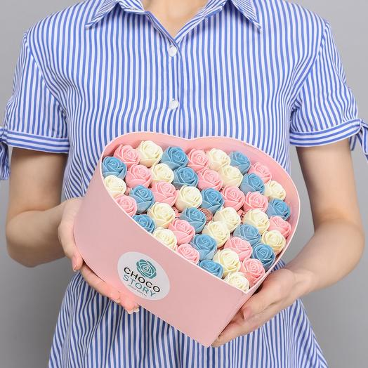 Закрытая шляпная коробка-сердце из 43 шоколадных роз ZS43-R-BGR