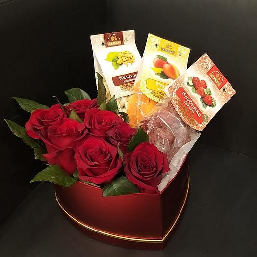 Цветы и орехи в коробке