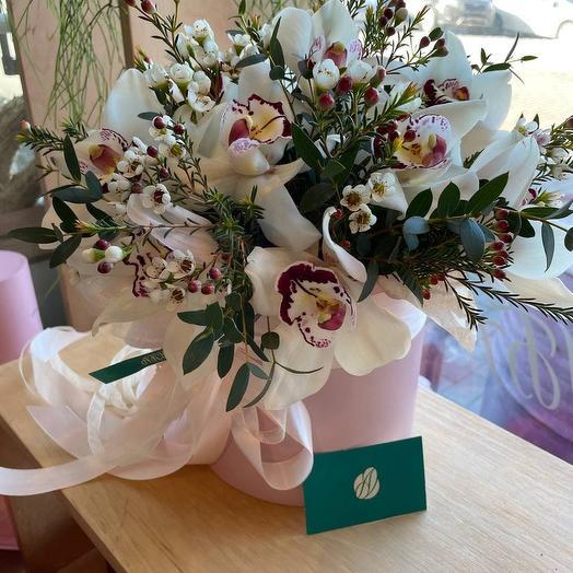 Букет из орхидей в шляпной коробке