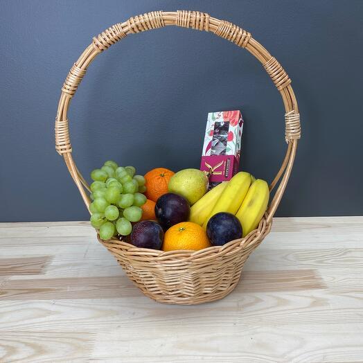 Корзина с фруктами и Конфеты