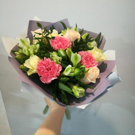 Букетик с розами и гвоздикой купить