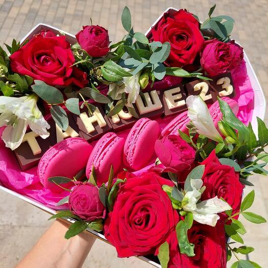 Коробка сердце с шоколадными буквами цветами пирожными