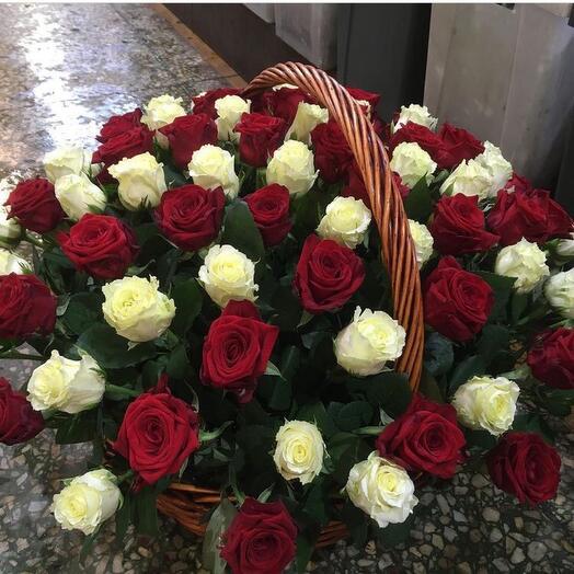 Корзина с цветами 65 роз