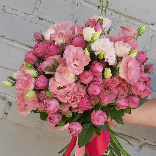 Букет с пионовидной розой и эустомой