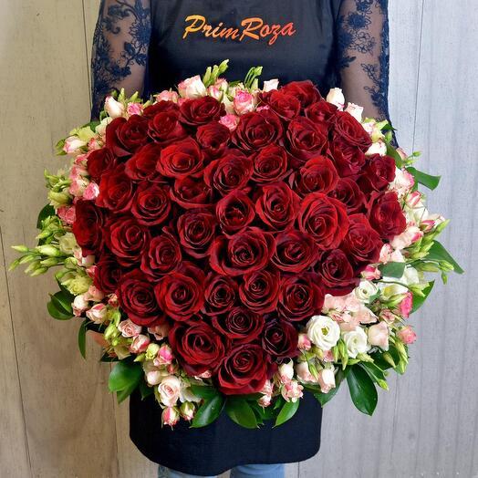 Большой букет из роз в виде сердца в корзине