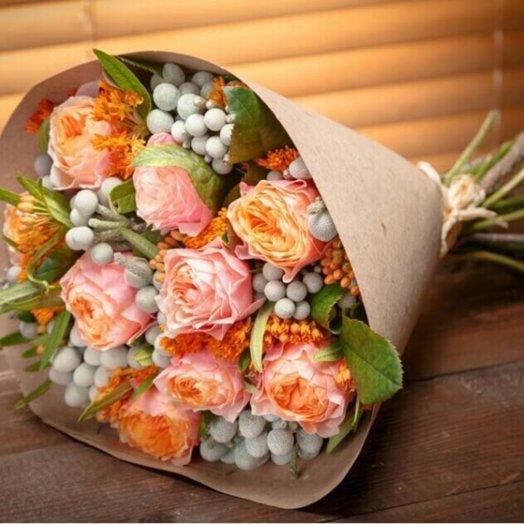 Букет с сортовой пионовидной розой и брунией: букеты цветов на заказ Flowwow