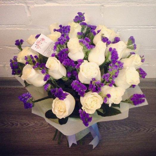 Букет из белых роз и статицы: букеты цветов на заказ Flowwow