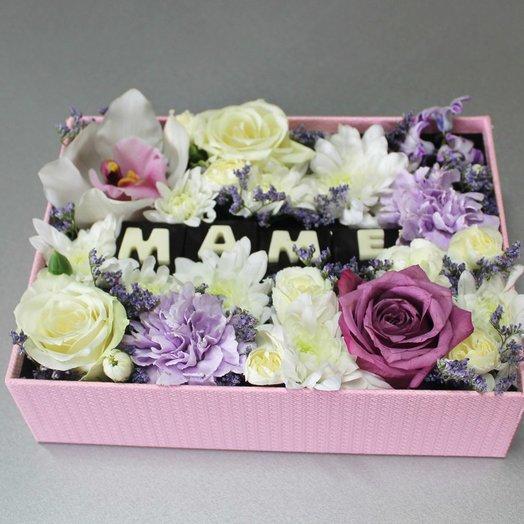 """Композиция с авторскими конфетами """"Маме"""": букеты цветов на заказ Flowwow"""