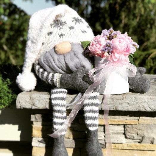 Гном с пионами: букеты цветов на заказ Flowwow