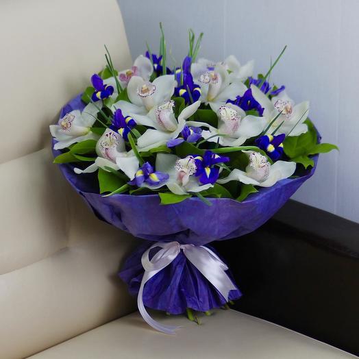 Белые орхидеи и синие ирисы: букеты цветов на заказ Flowwow