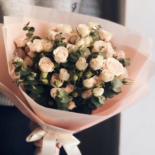Кустовые розы с эвкалиптом: букеты цветов на заказ Flowwow