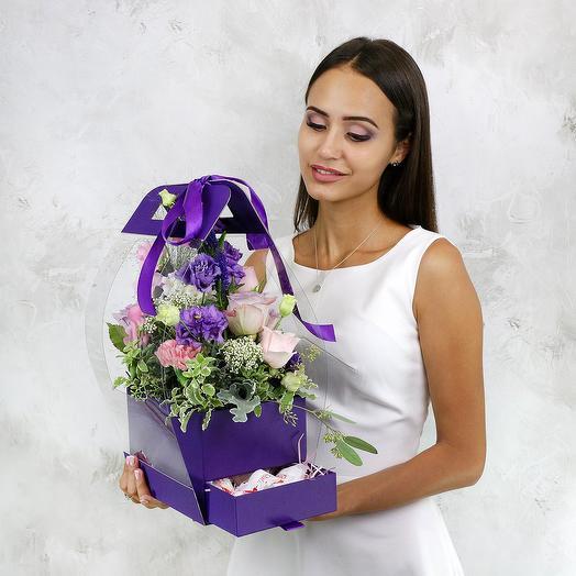 Композиция из роз, гиацинтов, эвкалипта в коробке-сумке с Раффаэлло: букеты цветов на заказ Flowwow