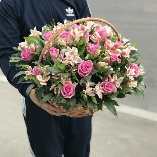Корзина роз и альстромерий: букеты цветов на заказ Flowwow